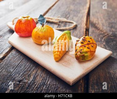 Des pâtisseries siciliennes typiques - massepain fruits - frutta di martorana Banque D'Images