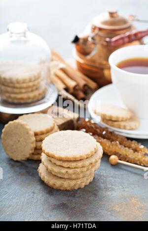 Découper des biscuits à la cannelle Banque D'Images