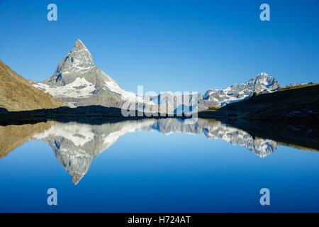 Le Cervin reflète dans l', Riffelsee Alpes Pennines, Zermatt, Valais, Suisse. Banque D'Images