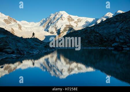 Randonneur et Lyskamm reflétée dans le, Riffelsee Alpes Pennines, Zermatt, Valais, Suisse. Banque D'Images