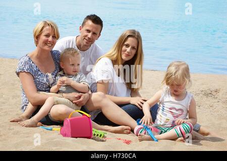 Famille avec enfants sur la plage Banque D'Images