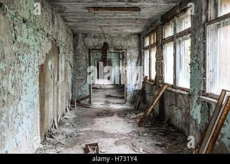 Couloir sombre de l'école abandonnée à Tchernobyl Banque D'Images
