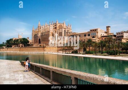 Palma de Majorque, Espagne - 27 mai 2016: Parc de la Mar à l'encontre de la Seu, la cathédrale gothique médiévale Banque D'Images