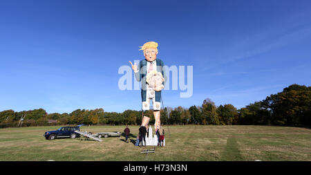 Edenbridge, UK. 2 novembre 2016.Membre de l'Edenbridge Bonfire Society met la touche finale à un géant 30ft effigie Banque D'Images