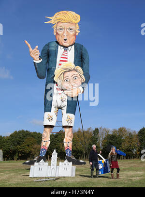 Edenbridge, UK. 2e novembre 2016. Les membres de l'Edenbridge Bonfire Society met la touche finale à un géant 30ft Banque D'Images
