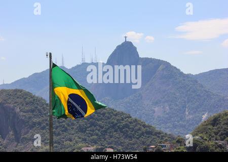 Rio de Janeiro, Brésil, novembre 02, 2016: drapeau brésilien avec le Christ Rédempteur dans l'arrière-plan. L'été Banque D'Images