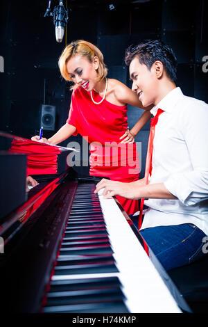 Homme Femme Homme personnes personnes folklorique de l'être humain beau belle musique beauteously tournoi jeu jouer Banque D'Images