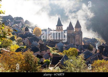 Un haut-angle shot sur Conques (France), par un matin d'automne brumeux. Contre-plongée sur Conques par un matin Banque D'Images