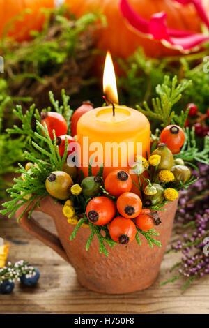 Belle décoration avec des bougies et des plantes d'automne. Décor de table. Banque D'Images