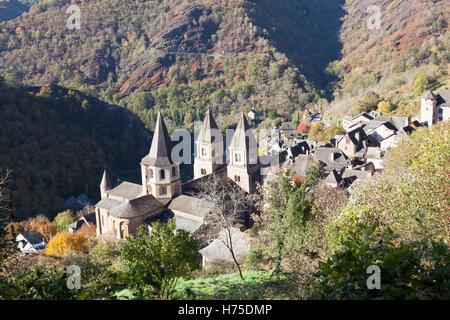 Un haut-angle shot sur le village de Conques (France) par un matin d'automne. Contre-plongée sur Conques par un Banque D'Images