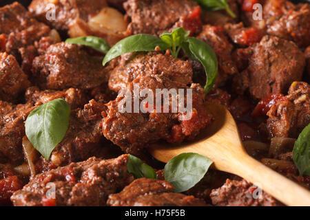 La nourriture grecque: boeuf stifado macro. Arrière-plan horizontal Banque D'Images