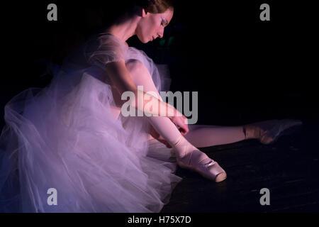 Une ballerine se prépare à aller sur la scène avant l'exécution Banque D'Images
