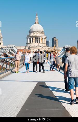 Southbank London view de Millennium Bridge et Cathédrale St Paul plus de tamise les piétons de marcher à travers Banque D'Images