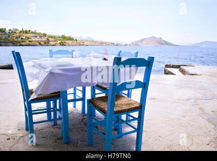 Taverne traditionnelle à une île grecque en face de la mer Égée Banque D'Images