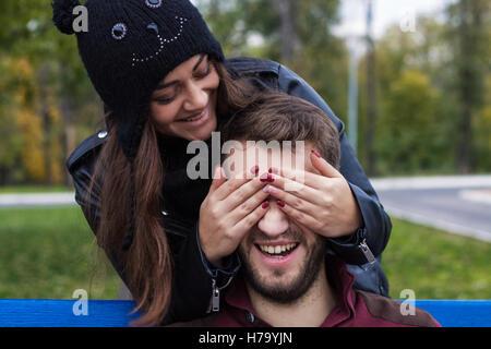 Libre coup de jeune couple élégant rire magnifique parc en automne. Ils ont l'air heureux. Elle est en l'embrassant. Banque D'Images