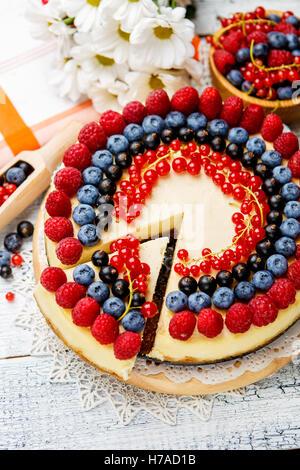 Gâteau au fromage et bleuets framboises sur table en bois Banque D'Images