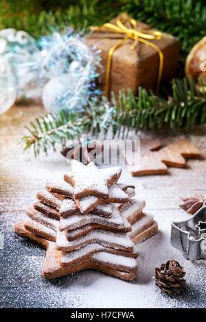 Pile de Noël fait maison shortbread cookies sucre étoile taille différente avec du sucre en poudre sur la surface Banque D'Images