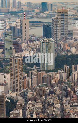 Tours et la bouche de la rivière à Tokyo. Banque D'Images