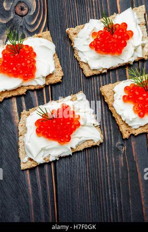 Des canapés avec du caviar rouge Banque D'Images