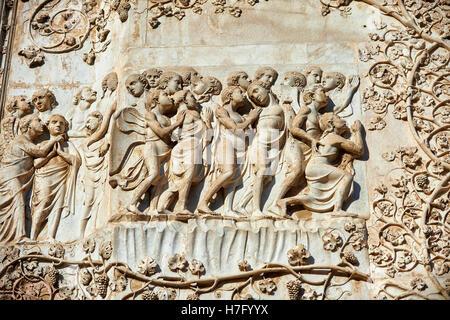 Bas-relief du Jugement dernier par Maitani, vers1310, façade gothique toscan, Cathédrale d'Orvieto, Ombrie, Italie Banque D'Images