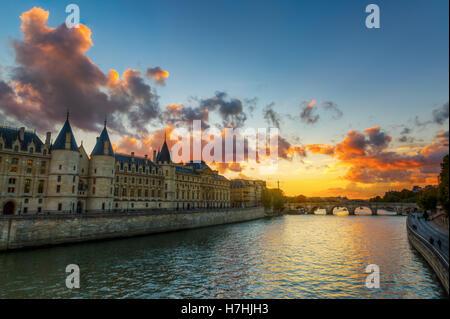 Vue de la Conciergerie sur l'Ile de la Cité à Paris, France, au coucher du soleil