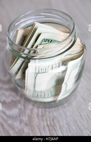 De l'argent. Dollars dans le pot ouvert en bois gris