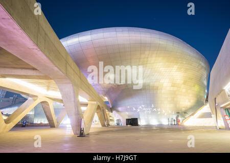 Séoul, Corée du Sud- 7 décembre 2015: la conception de Dongdaemun Plaza a également appelé le PCN est un important Banque D'Images