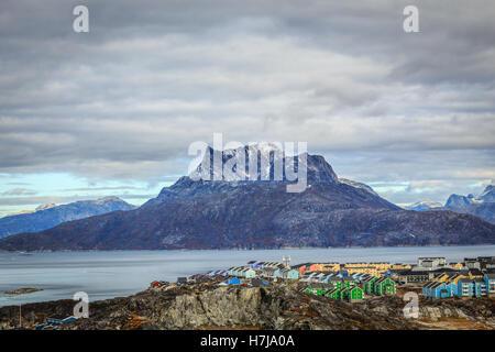 Les blocs colorés vivant de la ville de Nuuk au fjord, en toile de fond la montagne Sermitsiaq, Groenland Banque D'Images
