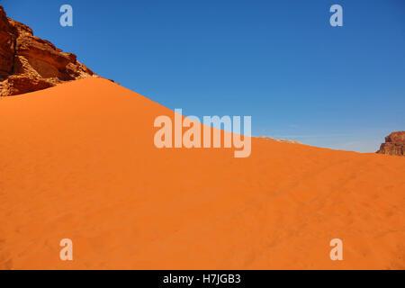 Dune de sable rouge dans le désert de Wadi Rum, Jordanie Banque D'Images