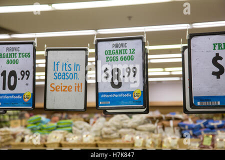 Oeufs biologiques en vente sur une étagère de supermarché, marché agricole Harris Sydney, Australie