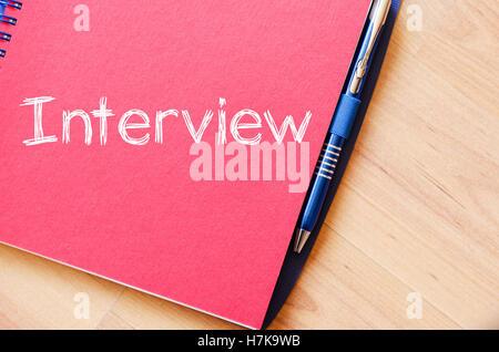 Texte de l'entrevue sur le portable d'écriture concept Banque D'Images