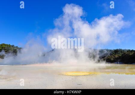 La palette de l'artiste dans le monde merveilleux de la Wai-o-tapu, zone géothermique près de Rotorua, Nouvelle Banque D'Images