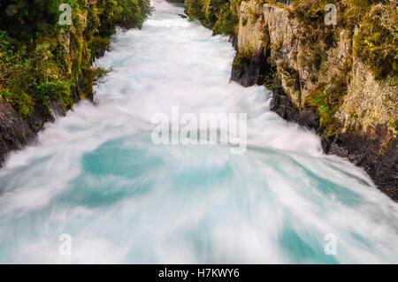 La précipitation de Wild Stream cascade de Huka près du lac Taupo, Nouvelle-Zélande Banque D'Images