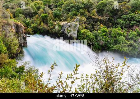 Vue latérale de la wild stream de cascade de Huka près du lac Taupo, Nouvelle-Zélande Banque D'Images