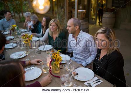 Friends enjoying outdoor dinner fête des récoltes Banque D'Images