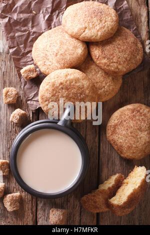 Délicieux cookies The Snickerdoodle et café au lait sur la table. Vue verticale d'en haut Banque D'Images