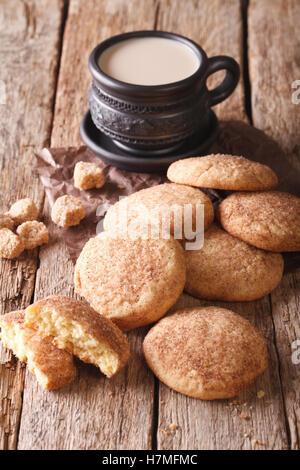 Cookies faits maison The Snickerdoodle et café au lait sur la table. vertical, rustique Banque D'Images