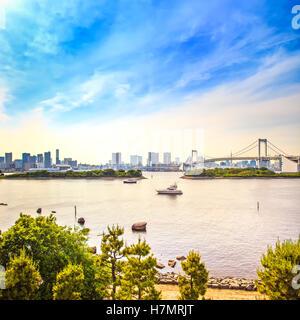 Coucher de soleil de Tokyo Skyline panorama avec pont en arc-en-ciel et vue sur la baie d'Odaiba. Le Japon, l'Asie Banque D'Images