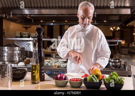 Ravi vegetables papier dans la cuisine du restaurant de l'hôtel Banque D'Images
