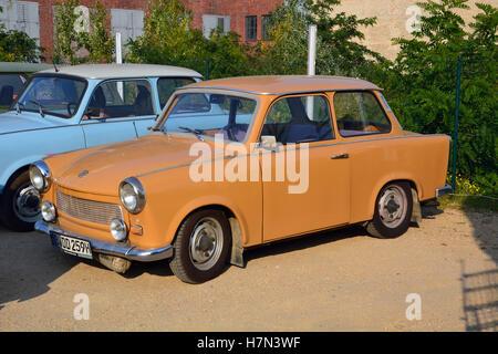 Une Trabant, ou Trabi, ancien coupé appelé certains des pires voitures jamais, sont disponibles à l'unité sur un Banque D'Images