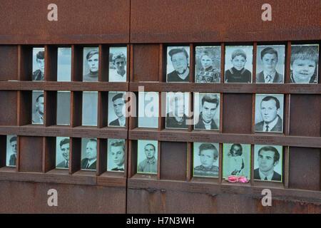 Un mémorial situé sur la Bernauer Strasse montre les visages de l'Est berlinois à mort sur le mur de Berlin. Banque D'Images