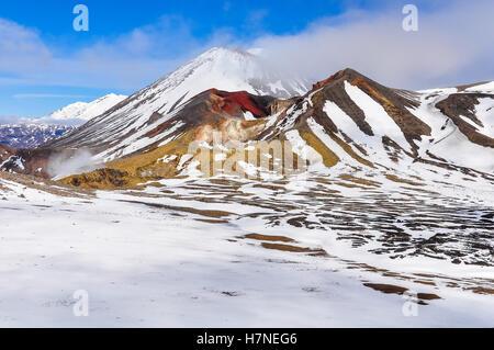 Cratère rouge dans le cloud à l'hiver Alpin Tongariro Crossing, New Zealand Banque D'Images