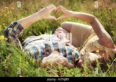 Couple amoureux se tenant la main en forme de coeur. Concept d'amour Banque D'Images