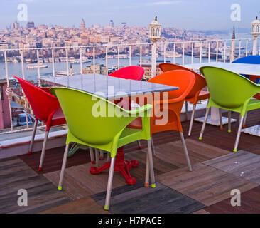 La terrasse d'été sur le toit de l'immeuble, situé sur le haut de la troisième colline d'Istanbul, Turquie. Banque D'Images
