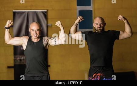 Les boxeurs thaï Portrait montrant leurs muscles Banque D'Images
