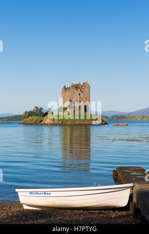 Château de Stalker, Argyll et Bute, Highlands, le Loch Linnhe, Ecosse, Royaume-Uni. Vue du front de plage dans la Banque D'Images