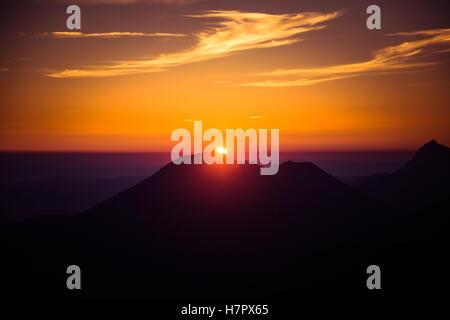 Un beau lever de soleil au-dessus des montagnes Banque D'Images