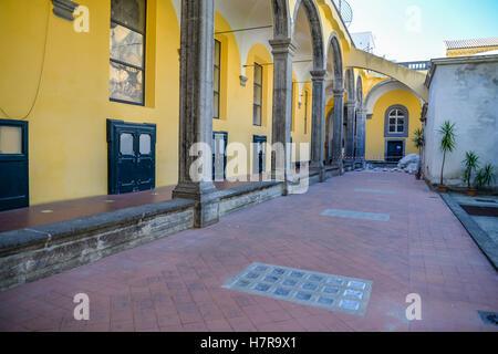 Le cloître de San Gregorio Armeno, Naples, Italie Banque D'Images