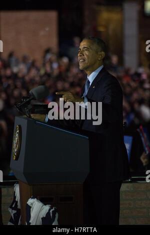 Le président Barack Obama aborde une foule estimée à plus de 30 000 Philadelphia Independence Mall du remplissage Banque D'Images