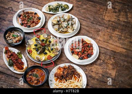 Rustique traditionnelle portugaise mélangée célèbre tapas sélection de nourriture sur la table en bois